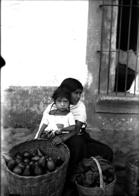 Vendedora con niña y cesto, retrato de grupo