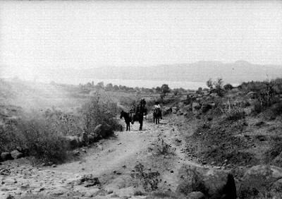 Hombres a caballo en camino junto al lago de Pátzcuaro, retrato