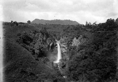 Caída de agua entre cerros