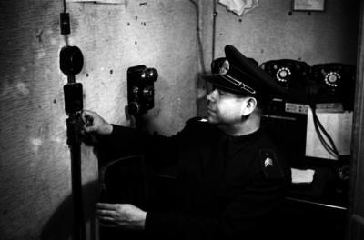 Bombero toca timbre en un conmutador en interior de oficina