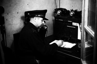 Bombero habla por teléfono en interior de oficina