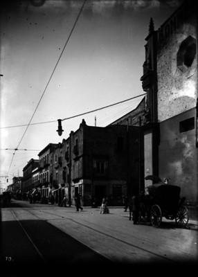 Vida cotidiana en la calle Jesús María esquina Corregidora