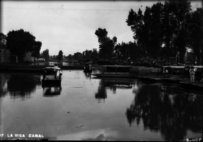 Gente en trajineras en el Canal de la Viga