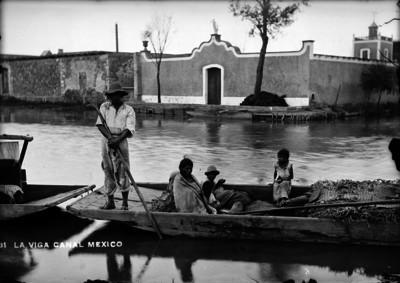 """Familia abordo de canoa sobre el """"Canal de la Viga"""""""