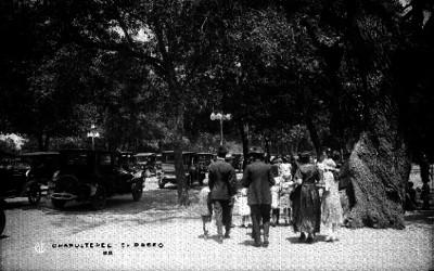 """Gente en una calle de """"CHAPULTEPEC"""""""