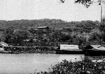 Embarcaciones y casa rural en la ribera del lago de Chapala