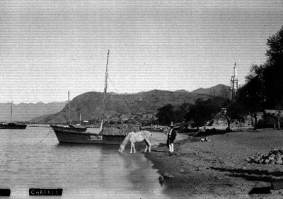 """Hombre y embarcaciones a orilla del lago de """"Chapala"""""""