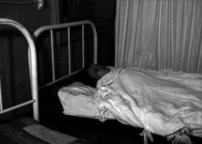 Mujer herida acostada en una cama de hospital