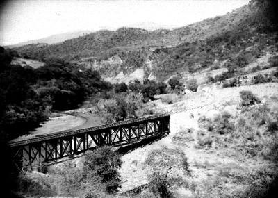 Puente ferroviario sobre un río