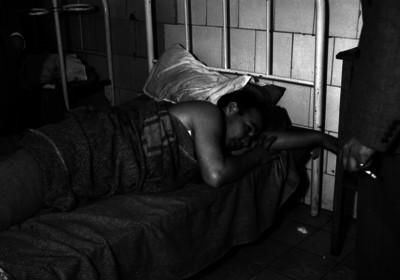 Alfredo Blangio acostado en una cama de hospital