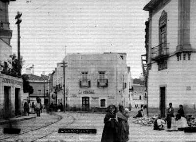 """Gente camina por una calle de """"Guanajuato"""""""