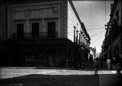 """Gente en una calle de """"San Luis Potosí"""""""