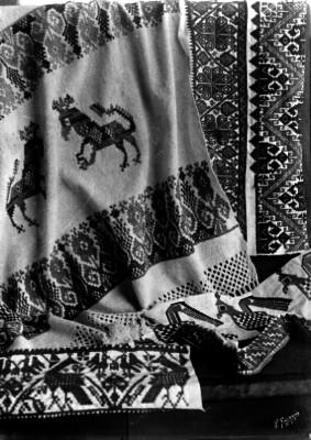 Telas bordadas exhibidas en un museo