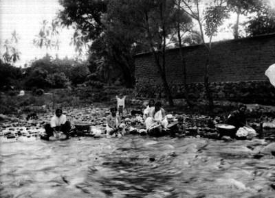 Mujeres lavan en el río