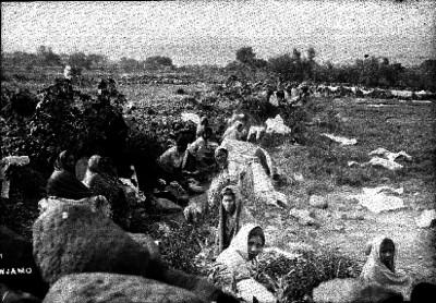 Mujeres lavan a la orilla de un río