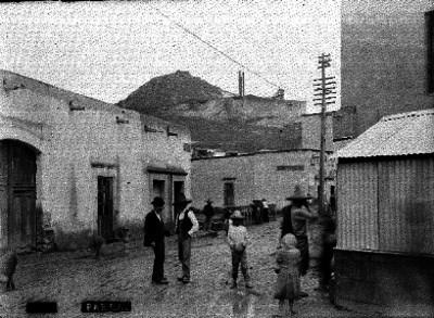 """Gente en una calle de """"Parral"""""""