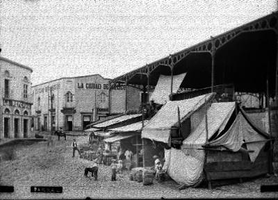 """Gente en puestos del mercado en """"Parral"""""""