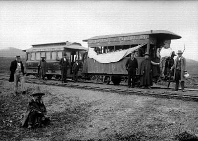Gente en la estación del ferrocarril, retrato de grupo