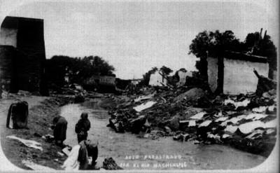 Auto arrastrado por el Río Mochihuis