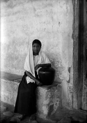 Mujer con rebozo y cántaro, retrato