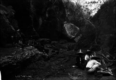 Hombres y mujeres durante un día de campo en Las Tortugas