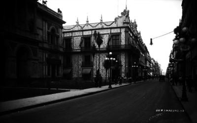 """Casa Guardiola y Casa de los Azulejos sobre """"Av. Francisco I. Madero"""", en el Centro de la Cd. de México"""