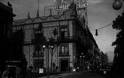 """Gente transita por la Plaza Guardiola a un costado de la Casa de los Azulejos en """"Avenida Francisco I. Madero"""""""