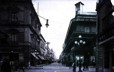"Personas transitan por la ""Avenida Francisco I. Madero"""