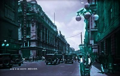 """Personas caminan y automóviles circulan en la """"Avenida 5 de mayo"""" esquina con """"Bolívar"""""""