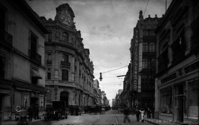 """Gente camina por la """"Avenida 16 de septiembre"""""""