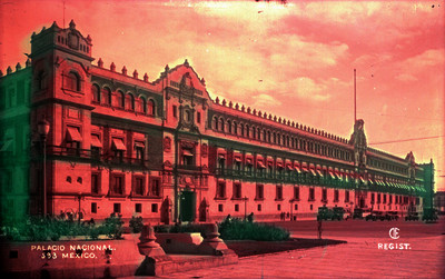 """Personas caminan frente al """"Palacio Nacional"""""""