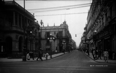 """Gente camina por la """"Avenida Francisco I. Madero"""", vista de la Plaza Guardiola"""