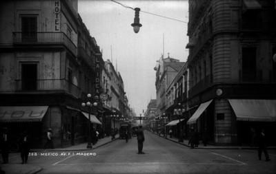 """Policia de tránsito marca el alto en la """"Avenida Francisco I. Madero"""" esquina """"Calle de la Palma"""""""