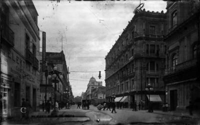"""Personas a pie y en carruaje pasean por la """"Avenida 5 de Mayo"""""""