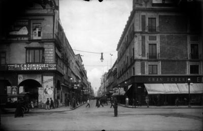"""Personas pasean por la """"Avenida Francisco I. Madero"""" esquina """"Monte de Piedad"""""""