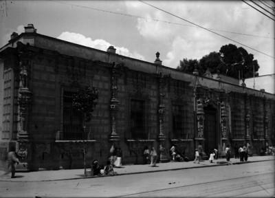 """Vendedoras ambulantes frente a la """"Casa de los Mascarones"""""""