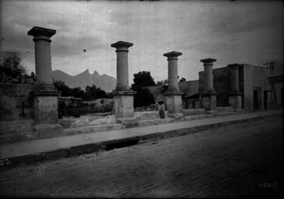 Hombre sentado frente a la estación de Ferrocarril en Monterrey