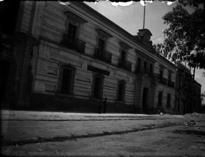 Gente camina por el antiguo Palacio Arzobispal, hoy Palacio Federal