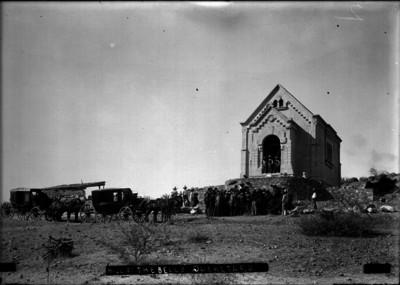 Gente fuera de la capilla en el Cerro de las Campanas