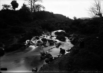 Mujeres lavan ropa en un río de Jalapa
