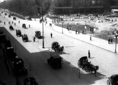 Carruajes y carros transitando por la avenida Juárez de la Ciudad de México