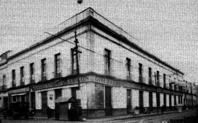 Edificio con comercios en la calle del Carmen esquina con República de Colombia, vista general