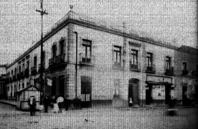 Edificio con comercios en la calle del Carmen No. 87, vista general
