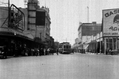 Edificios comerciales y gente en la calle de Bucareli