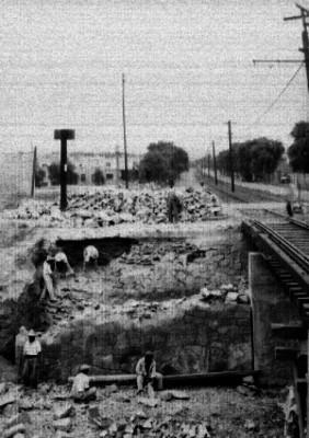 Trabajadores durante la construción de la avenida División del Norte