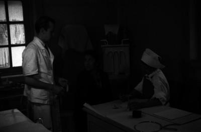 Mujer durante una consulta médica en hospital
