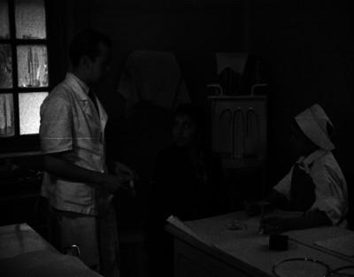 Mujer recibe consulta médica en un hospital