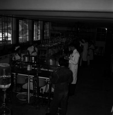 Médicos y enfermeras realizan experimentos en laboratorio