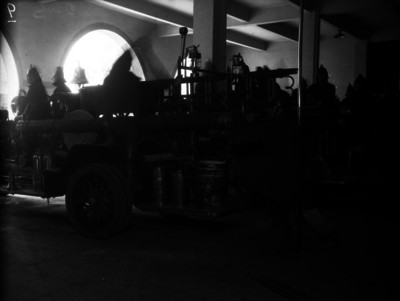 Par de hombres revisan el equipo que se transporta en un carro de bomberos