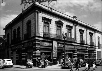 Edificio comercial Tubos Eureka en la avenida Juárez esquina con Balderas